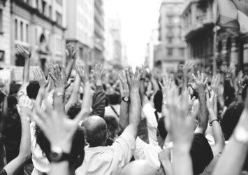 Grupo SURA lanza su primera convocatoria para impulsar proyectos que fortalezcan formación ciudadana y prácticas democráticas en Colombia